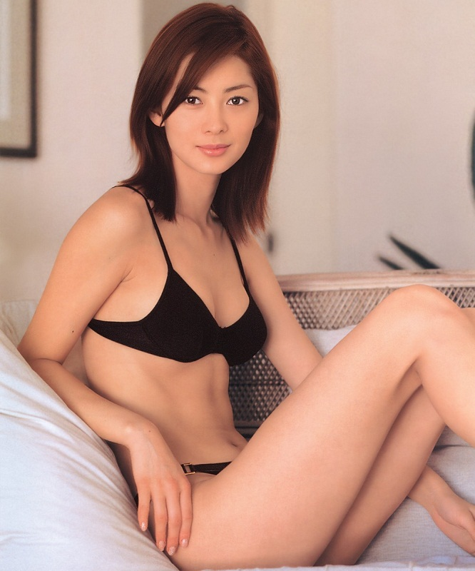 hot Japanese model Misaki Itoh / 伊東 美咲 in bikini photo