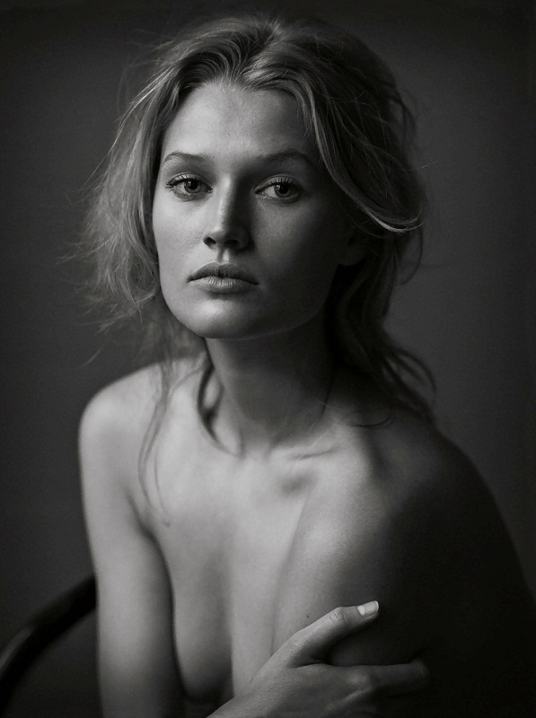 Toni Garrn nude photo