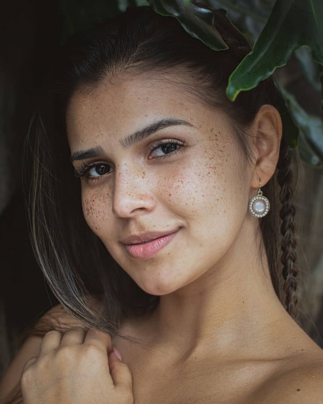 Kelly Ávila freckles