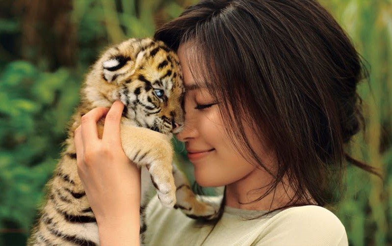 Li Bingbing / 李冰冰 and tiger cub. Photo